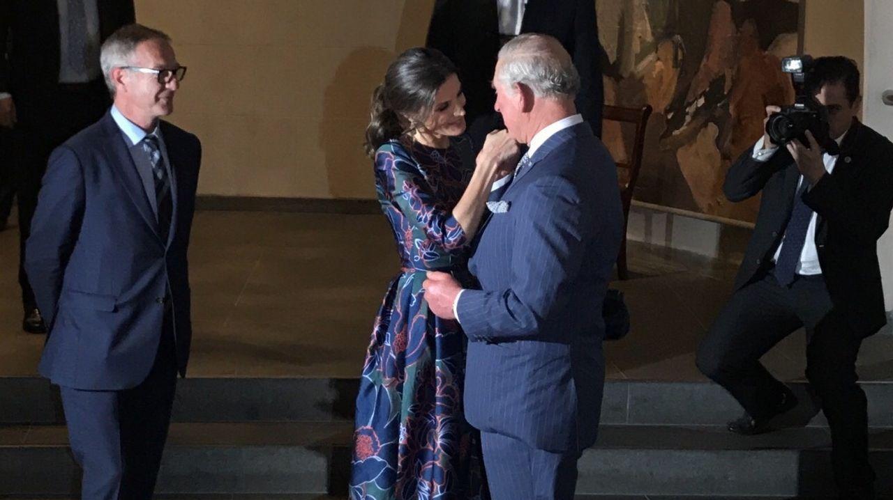 El rey Juan Carlos reaparece con un moratón en un ojo.El Juan Carlos I entra en el puerto de Guecho, donde permanecerá todo el fin de semana pese al rechazo de la corporación municipal