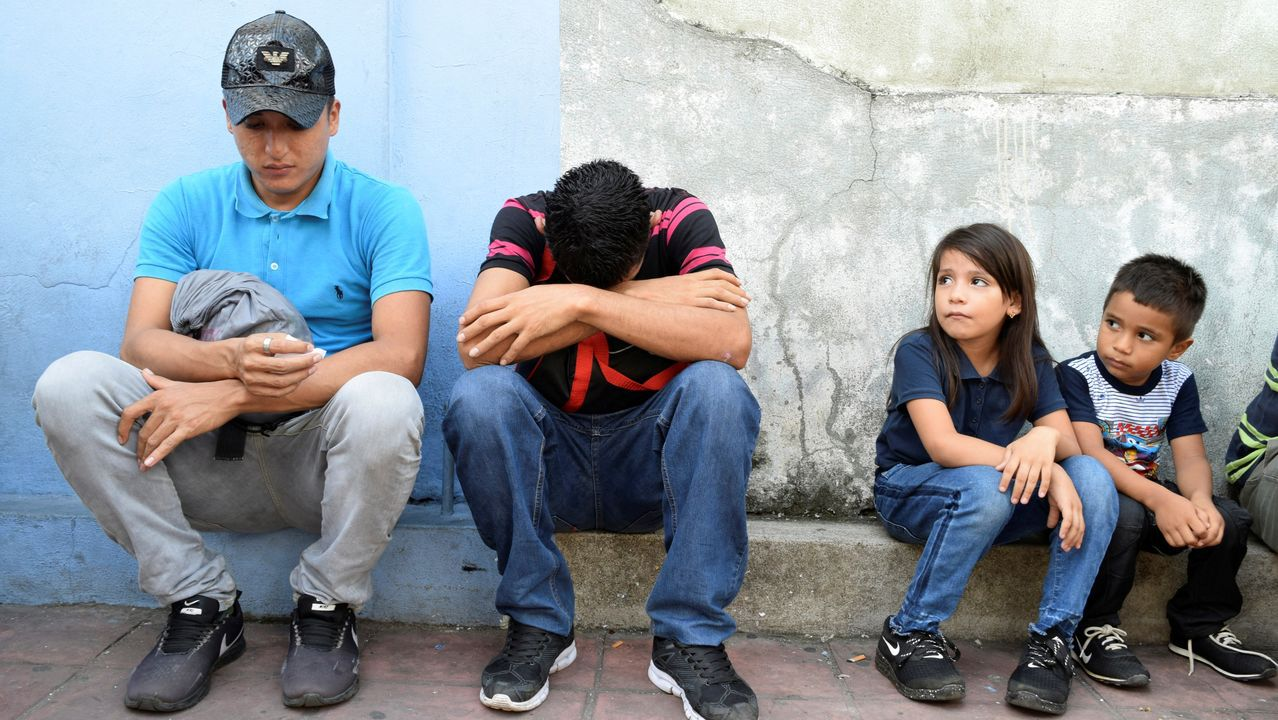 Migrantes centroamericanos aguardan para formalizar su petición de asilo en Tapachula (México)