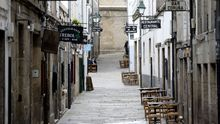 El cierre perimetral de Santiago y el de toda la hostelería en buena parte de Galicia decretado por la Xunta ha dejado las calles de Santiago vacías