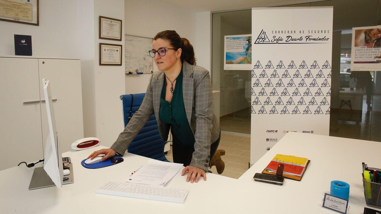 Sofía Duarte Fernández dirige una correduría de seguros en el centro de Xove
