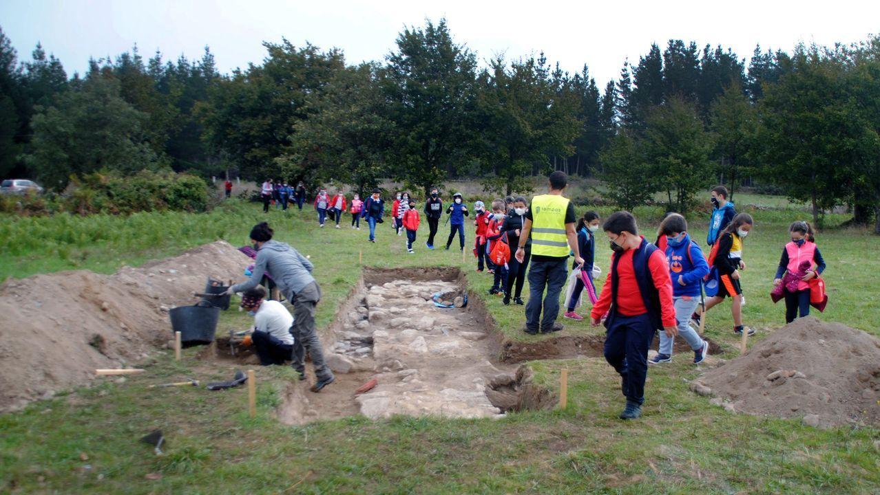 Hallazgos arqueológicos romanos en el rural lucense.Alumnos del colegio público local observan los vestigios de estructuras constructivas que, según todos los indicios, formaron parte de un edificio residencial de grandes dimensiones