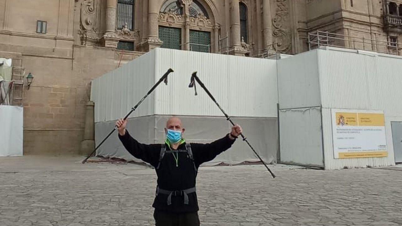 José Manuel Leal, padre de Desirée, ante los juzgados de Vilalba, con una pancarta pidiendo saber la verdad.Campos, en la plaza del Obradoiro tras acabar la peregrinación