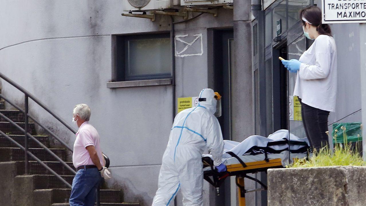 Traslado de un enfermo en el Hospital Montecelo de Pontevedra
