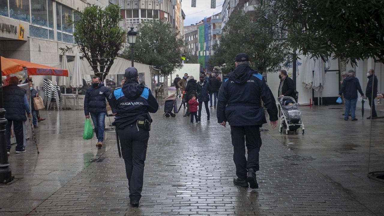 Agentes de la Policía Local de Boiro vigilando las calles