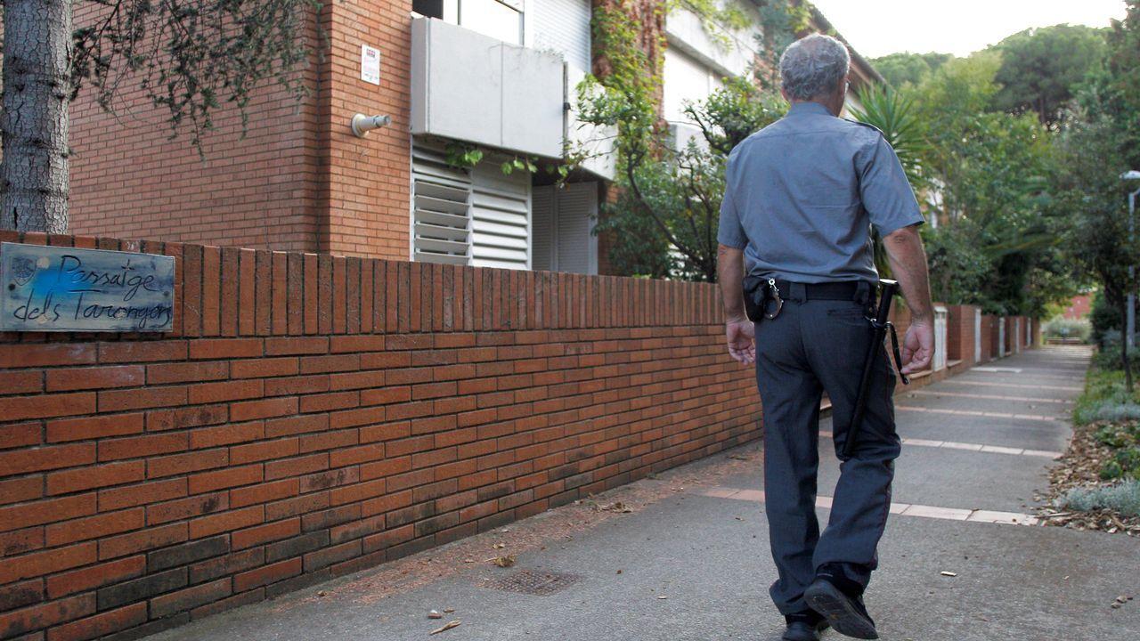 Un trabajador de una empresa de seguridad privada patrulla este jueves por el municipio barcelonés de Premià de Dalt. El Ayuntamiento de la localidad ha reactivado la figura del sereno, llevada a cabo por una empresa de seguridad privada, que según datos del consistorio, ha ayudado a reducir hasta un 30 % los robos en el interior de las viviendas