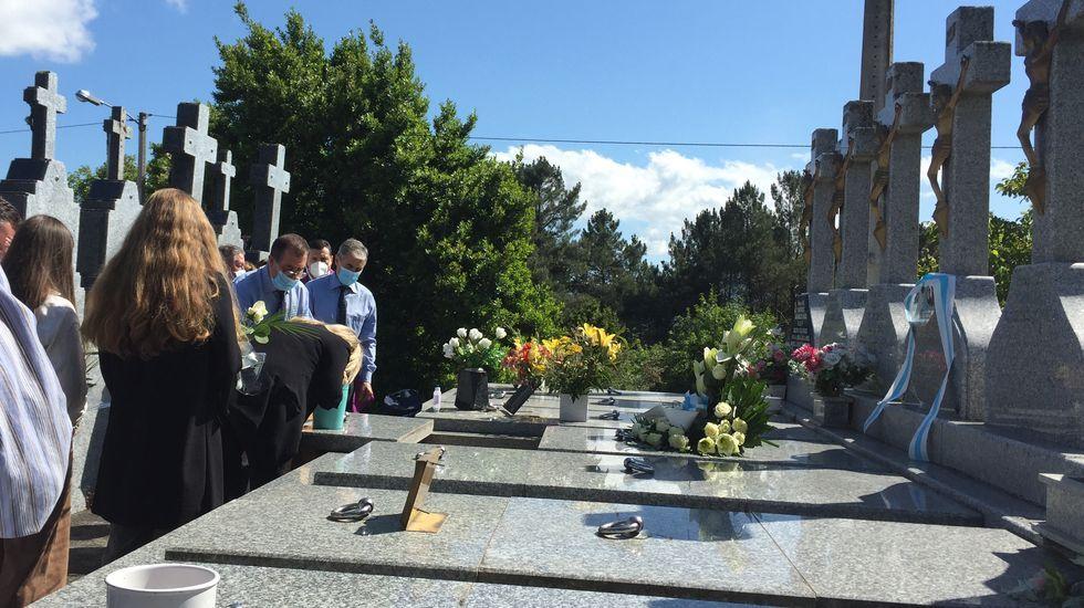 Marimar Blanco, hermana del concejal del PP asesinado en Ermua Miguel Ángel Blanco, lloró al depositar las cenizas de sus padres en la tumba de A Merca, donde reposan los restos de su hermano