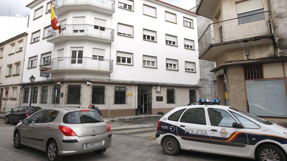 Agentes de la comisaría de Monforte de la Policía Nacional investiga el robo cometido en una casa de la calle Ourense
