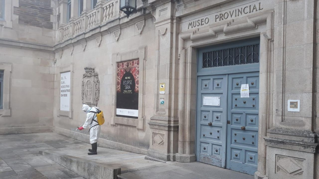 Primer tráiler oficial de «Viveiro no tempo».Un operario de Tragsa limpiando el exterior del Museo Provincial