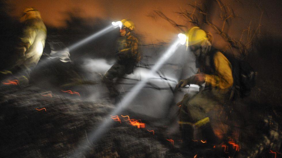 Cualedro sufre el azote de las llamas.Los alcaldes y representantes de los concellos y Baltar antes de iniciarse el encuentro.