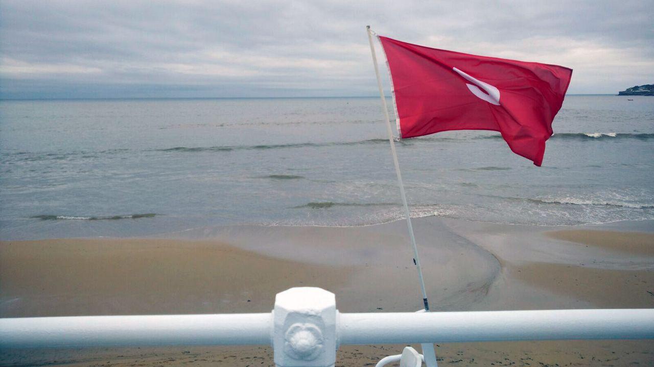 Prohibido el baño en la playa de San Lorenzo, en Gijón