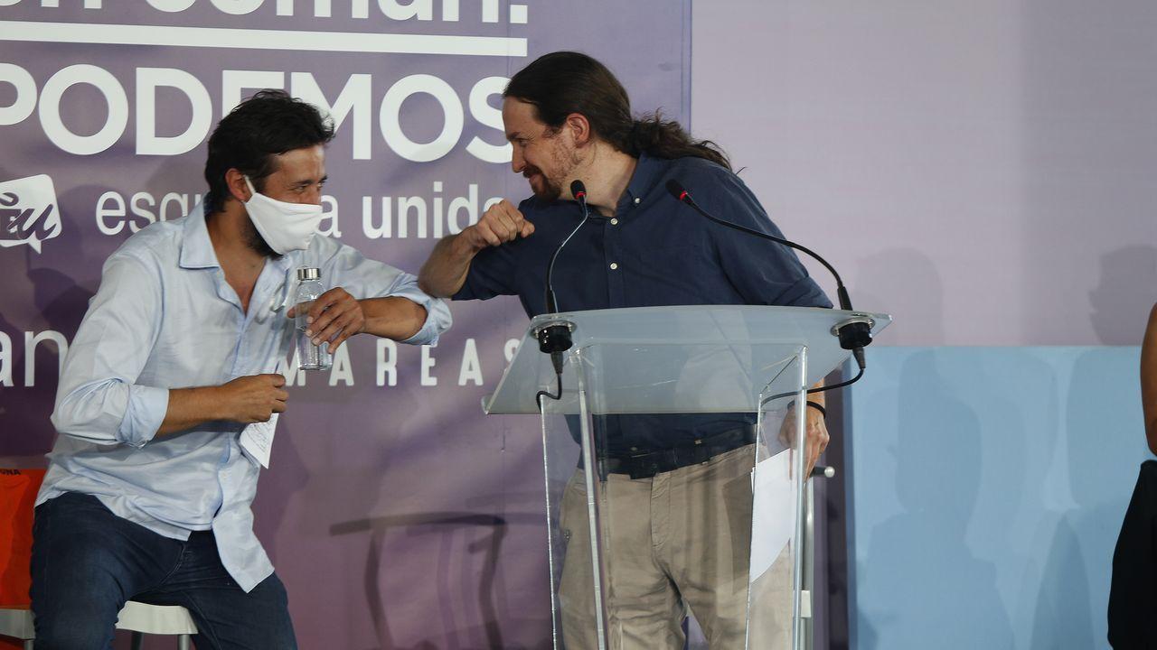 Antón Gómez-Reino y Pablo Iglesias se saludan durante un acto de campaña