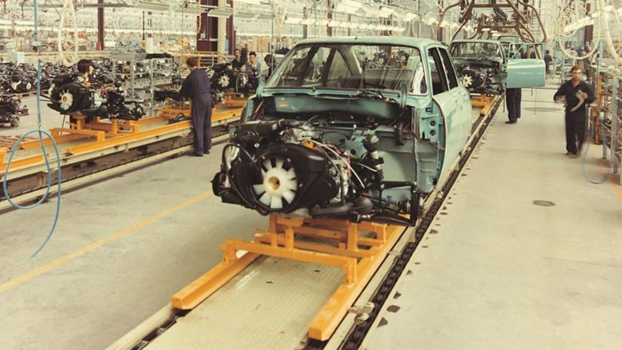 En los 70, en plena crisis del petróleo, Balaídos despega con modelos como el GS, cuya línea de producción ves en esta imagen