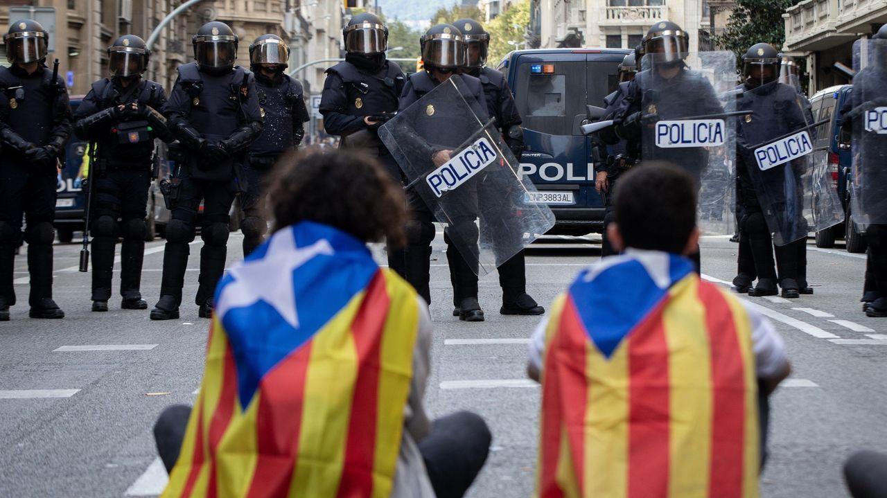 Antidisturbios en Via Laietana.Manifestantes ante antidisturbios en Via Laietana