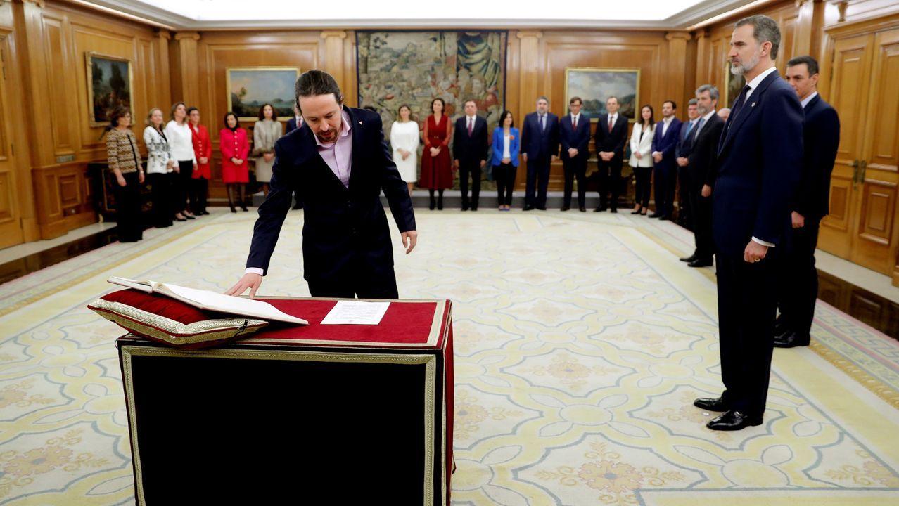 Los ministros del nuevo Gobierno de coalición prometen sus cargos ante la Constitución.Pedro Sánchez, seguido por Iván Redondo, saliendo del Congreso en julio del año pasado.