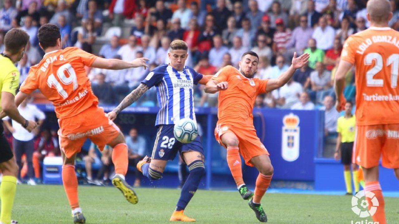 Joselu y Borja Sánchez disputan un balón con Villa