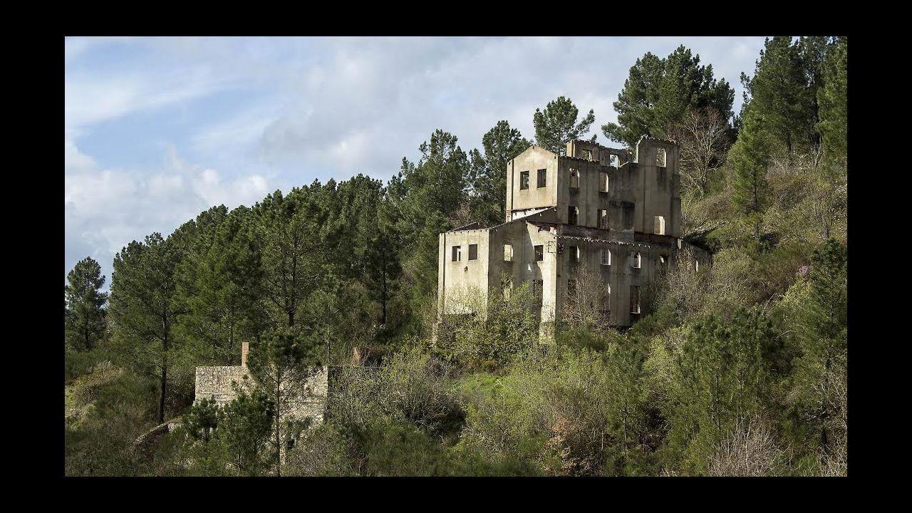 Ruinas del edificio en el que estaba el lavadero y el cargadero del mineral del Freixo