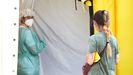 Una enfermera y una paciente entran en el hospital de campaña de Lérida