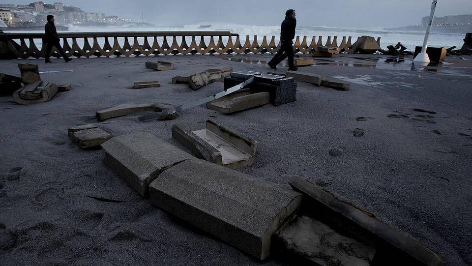 111.Una pareja sorprendida por un golpe de mar en la playa de Esteiro, Xove