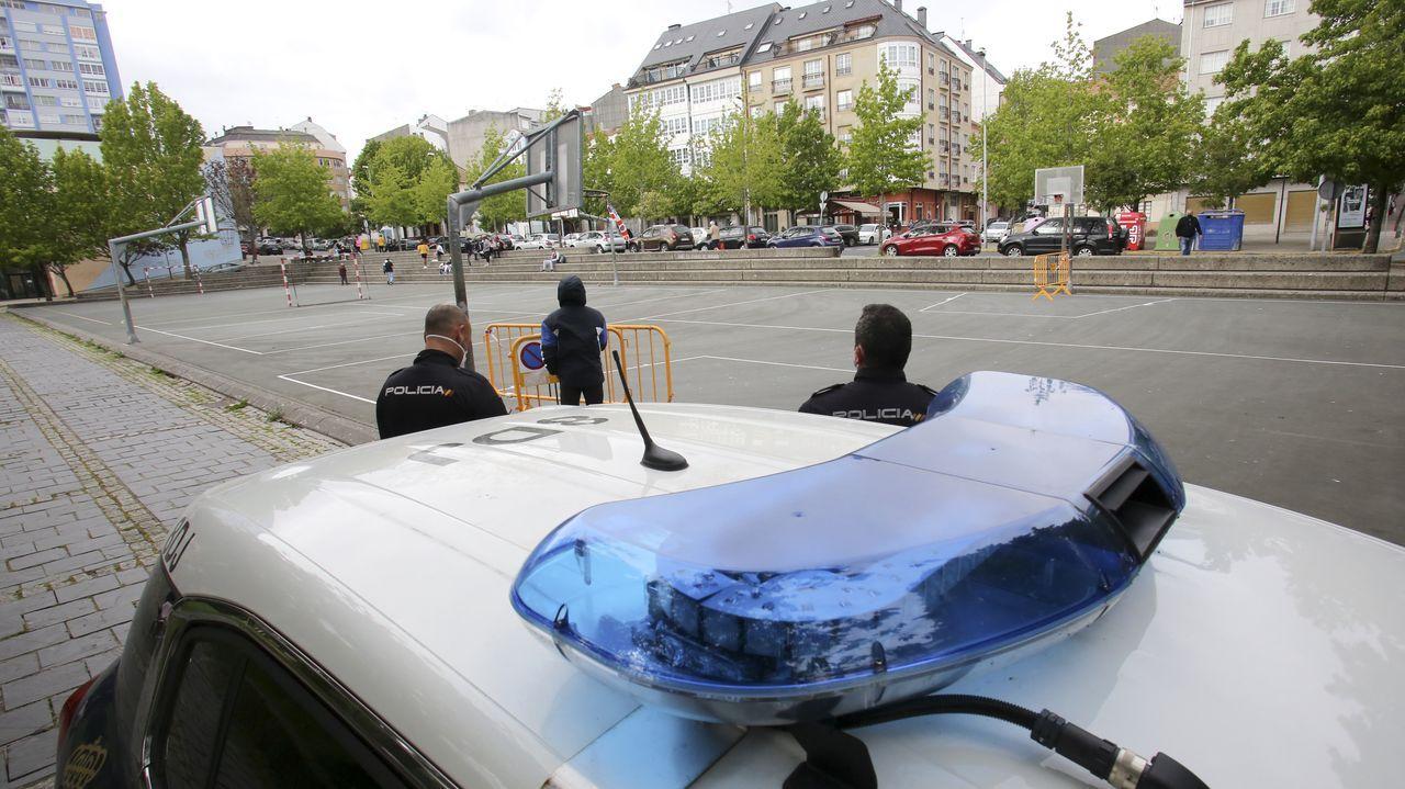 Agentes de la Policía Nacional realizando vigilancia en la plaza del Infermniño