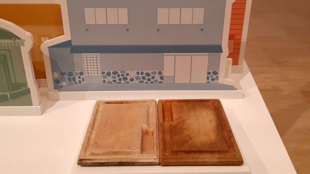 En la exposición recién inaugurada en la Cidade da Cultura se exhiben las tablas de churrasco diseñadas en los años 70 por el hostelero Antonio Méndez tras su estancia en Venezuela