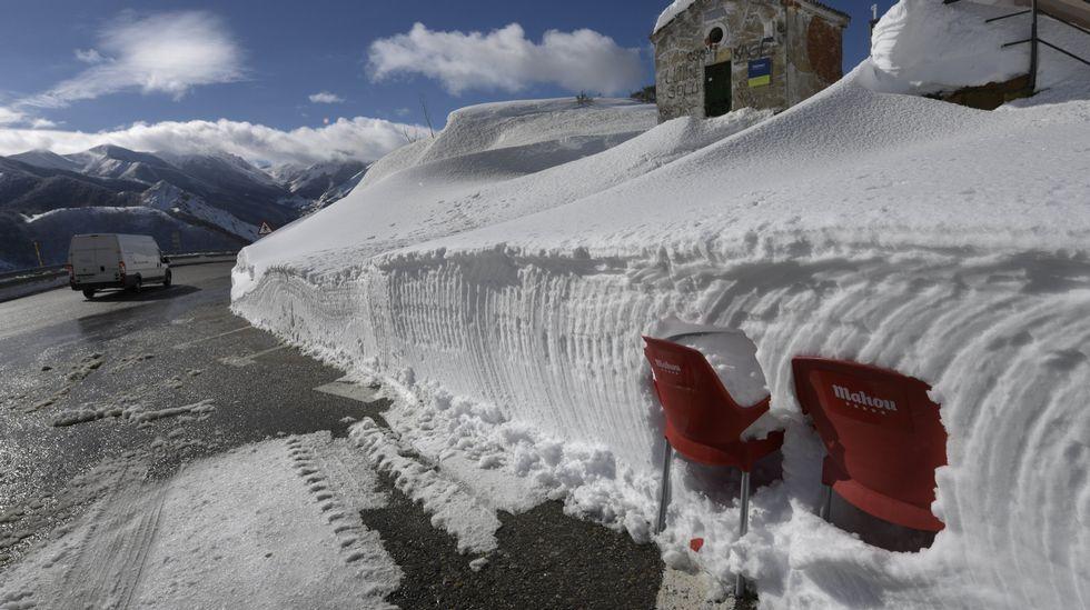 Carretera abierta alrededor de la nieve en Somiedo.Dos silla encajadas en un muro de nieve en Pajares