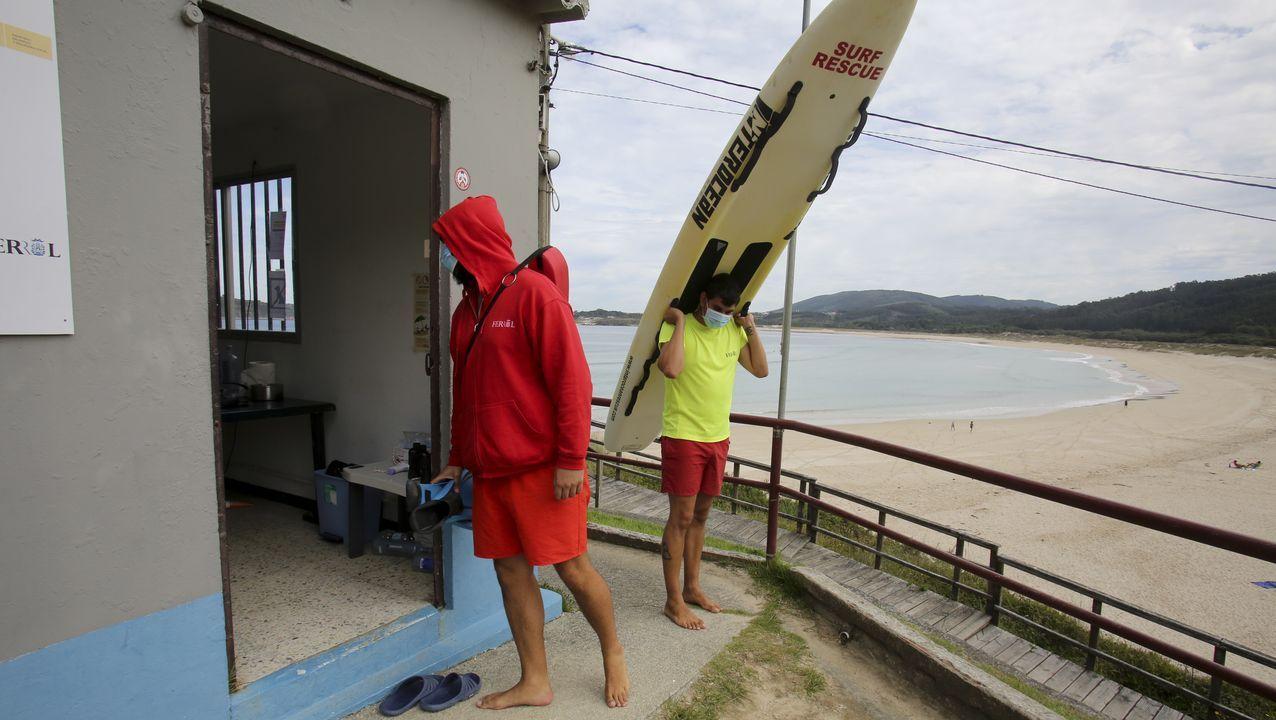 Socorristas en la playa de San Xurxo, en Ferrol
