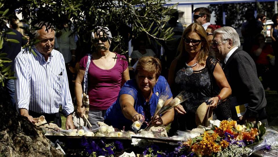 Violencia policial en Aluche.Familiares de algunas víctimas del accidente dejan flores en recuerdo de los fallecidos