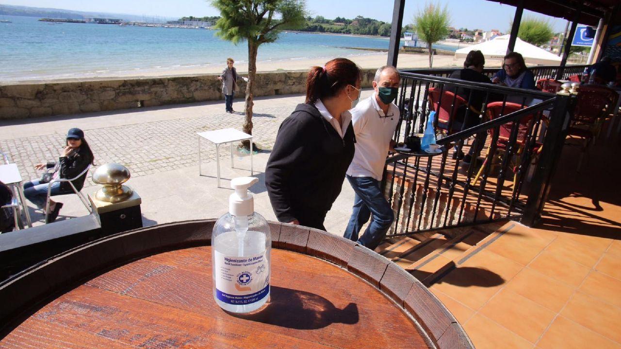 Geles desinfectantes y mascarillas en Ares, en el primer fin de semana en el que se puede ir de terrazas