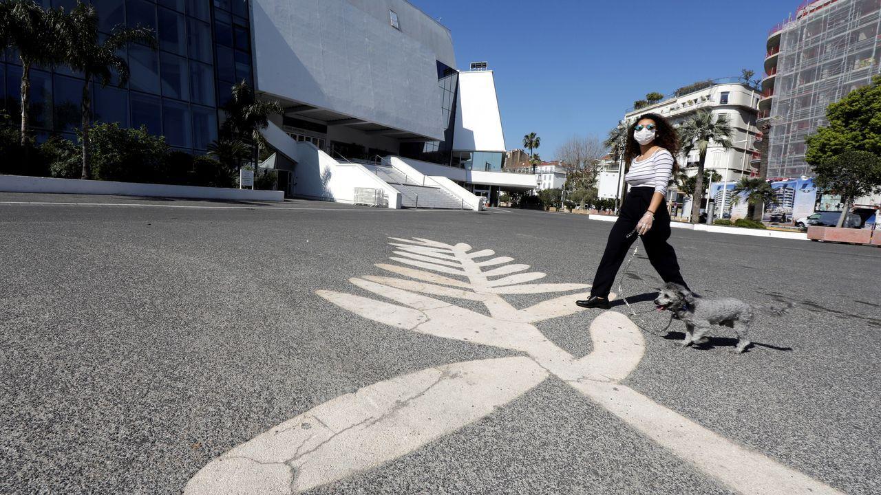 Una francesa pasea a su perro por una calle desierta de Cannes