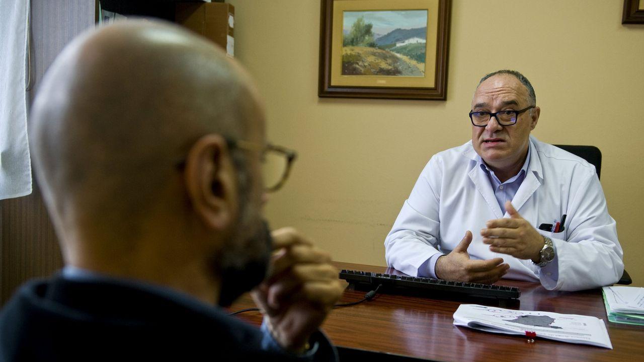 Un paciente charla con uno de los psicólogos clínicos de la Utaca de A Coruña
