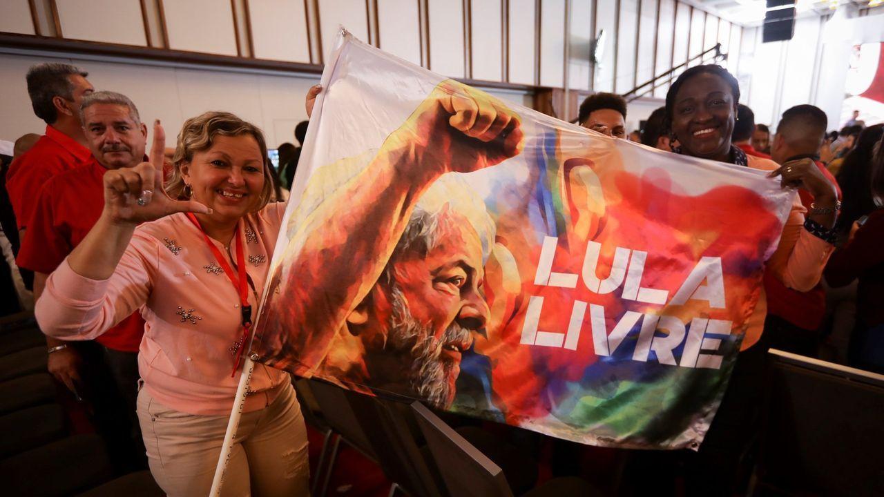 Seguidores de Lula exhiben un cartel que pide la libertad para el expresidente brasileño