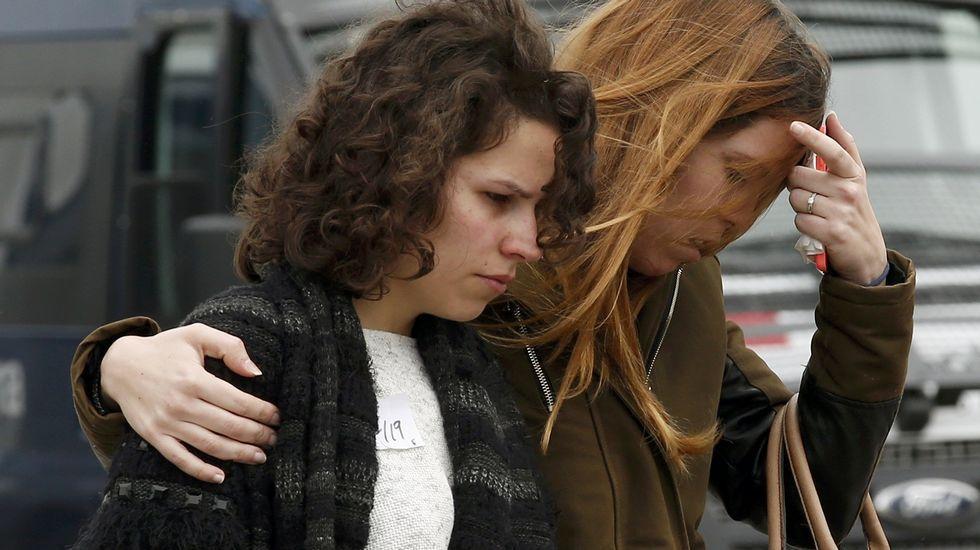 Familiares alemanes escoltados por agentes en el aeropuerto alemán