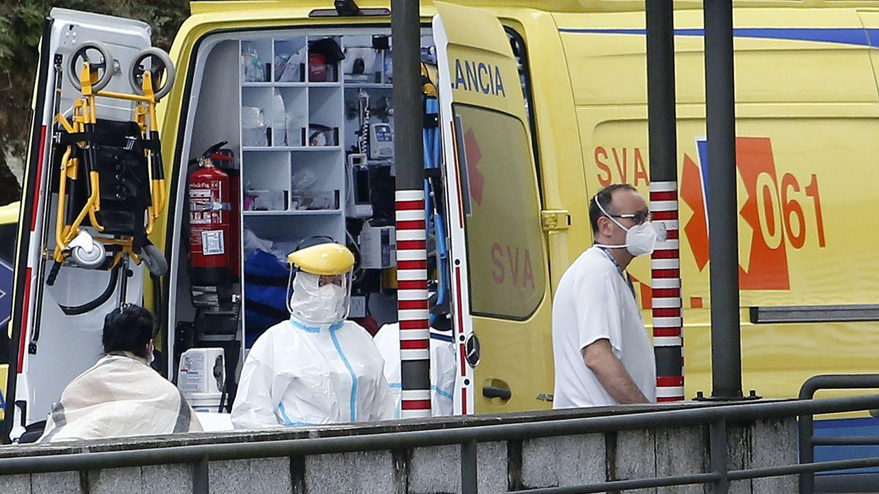 Personal sanitario, en el exterior del hospital Montecelo, en Pontevedra