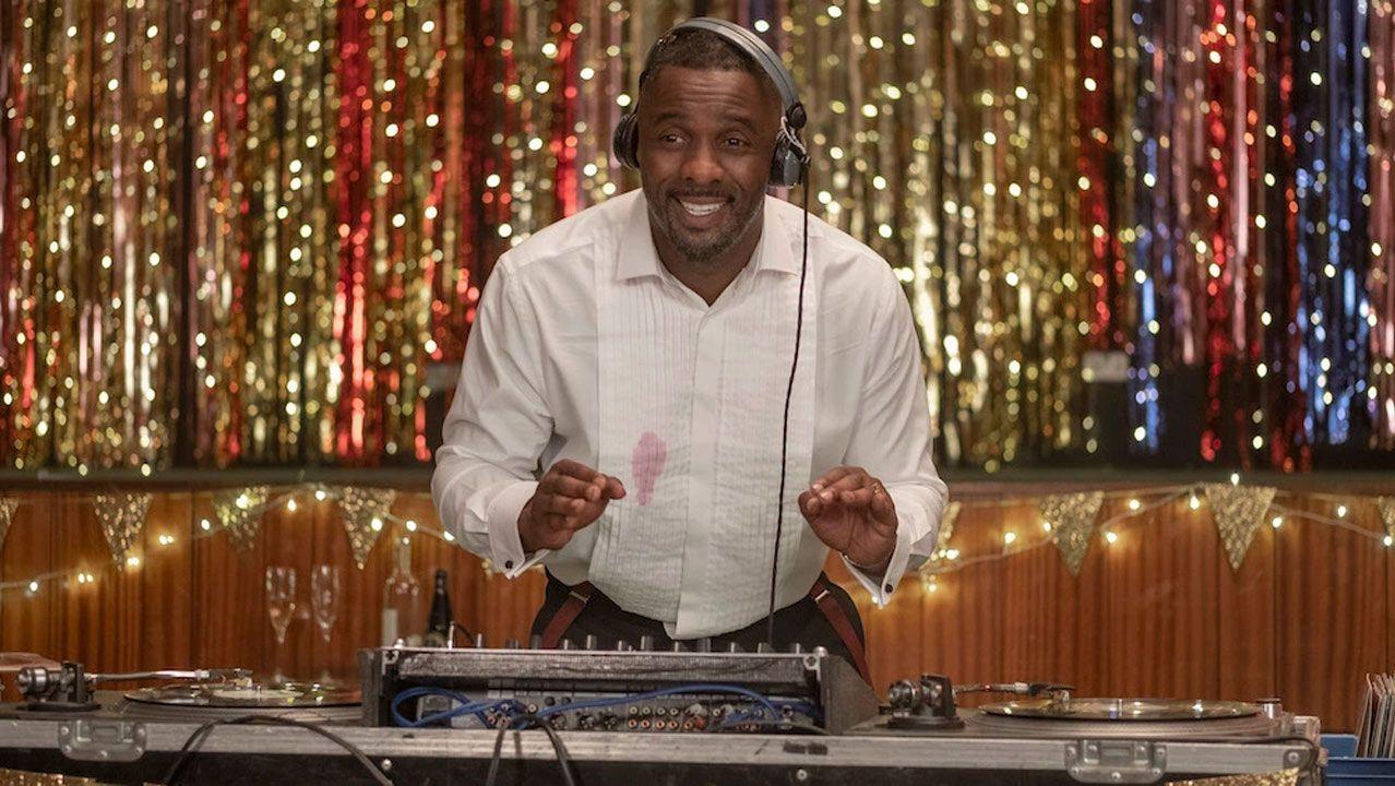 Idris Elba, ejereciendo de DJ en la serie.