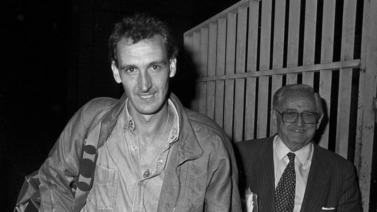 Javier Anastasio, procesado en el segundo sumario en relación con la muerte de los Marqueses de Urquijo, abandona la prision de Carabanchel en 1987. Luego huyó de España