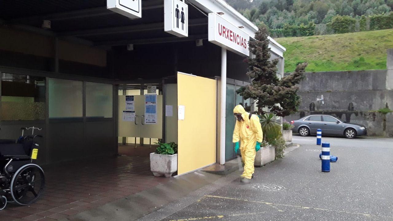 Personal del GES de Cervo desinfectando el exterior del Hospital da Mariña, en Burela