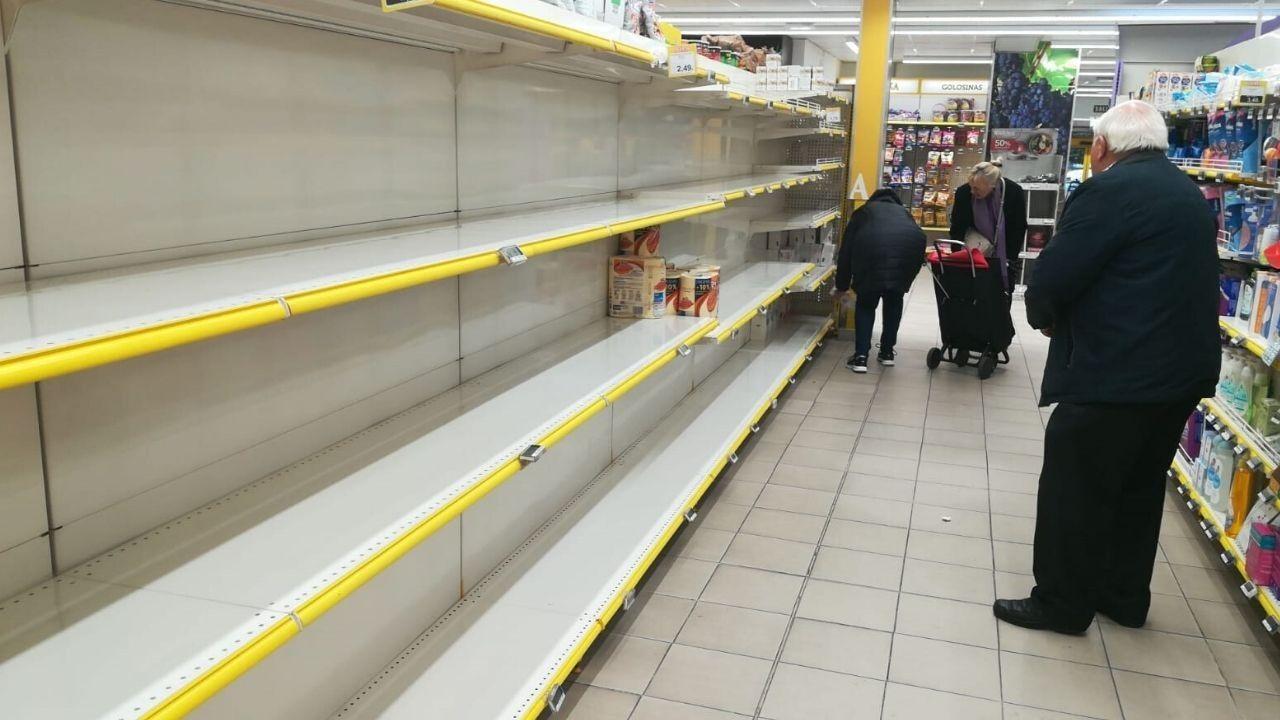 Clientes comprando papel higiénico en un supermercado