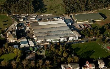 Vista aérea de las plantas de producción de Calvo en el municipio de Carballo.