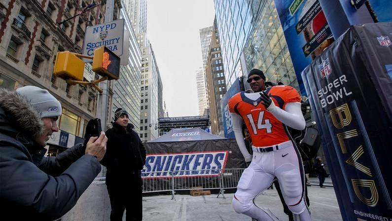 La Super Bowl, en imágenes.Un policía vigila los alrededores del estadio.