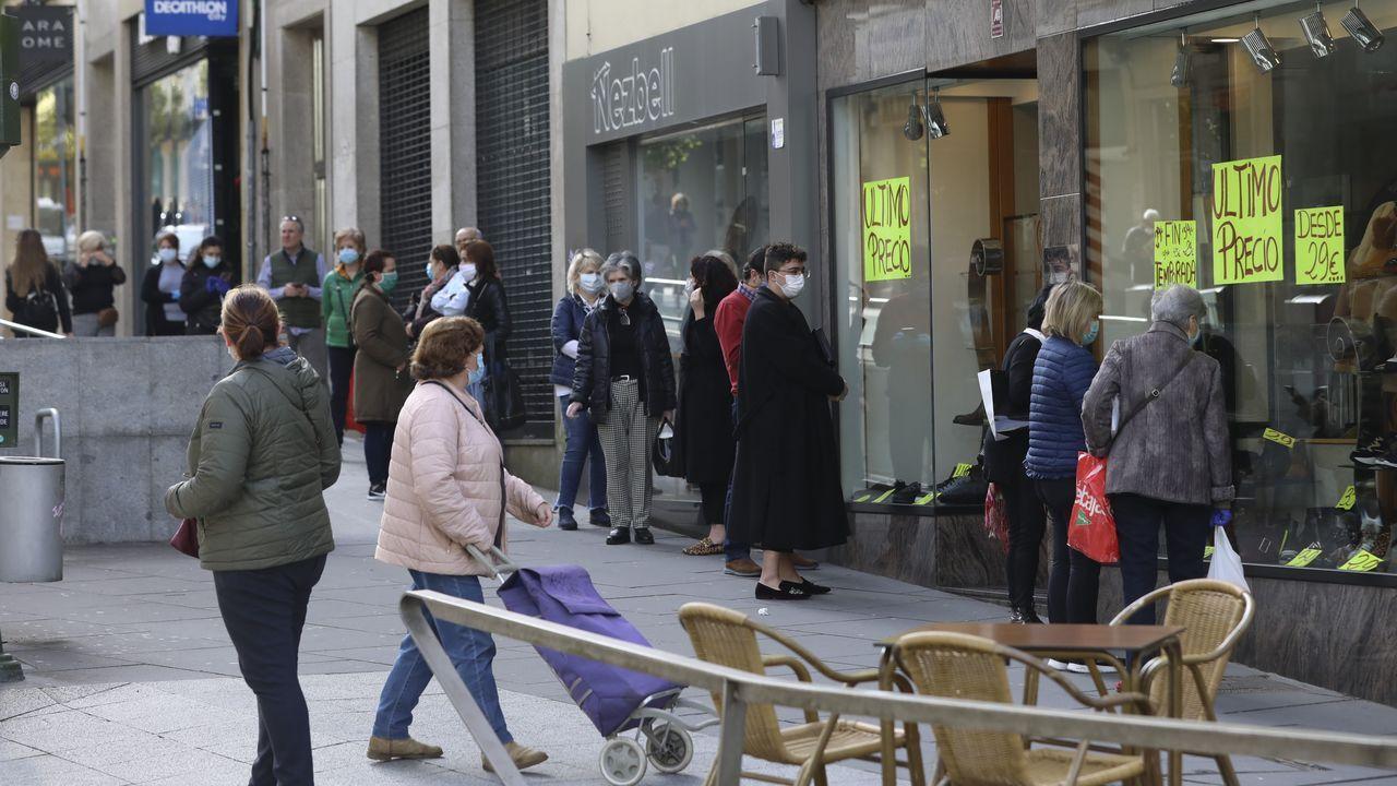 El despertar del comercio compostelano.La tienda de Vodafone de Odeón vuleve a funcionar desde el lunes con cita previa y horario reducido