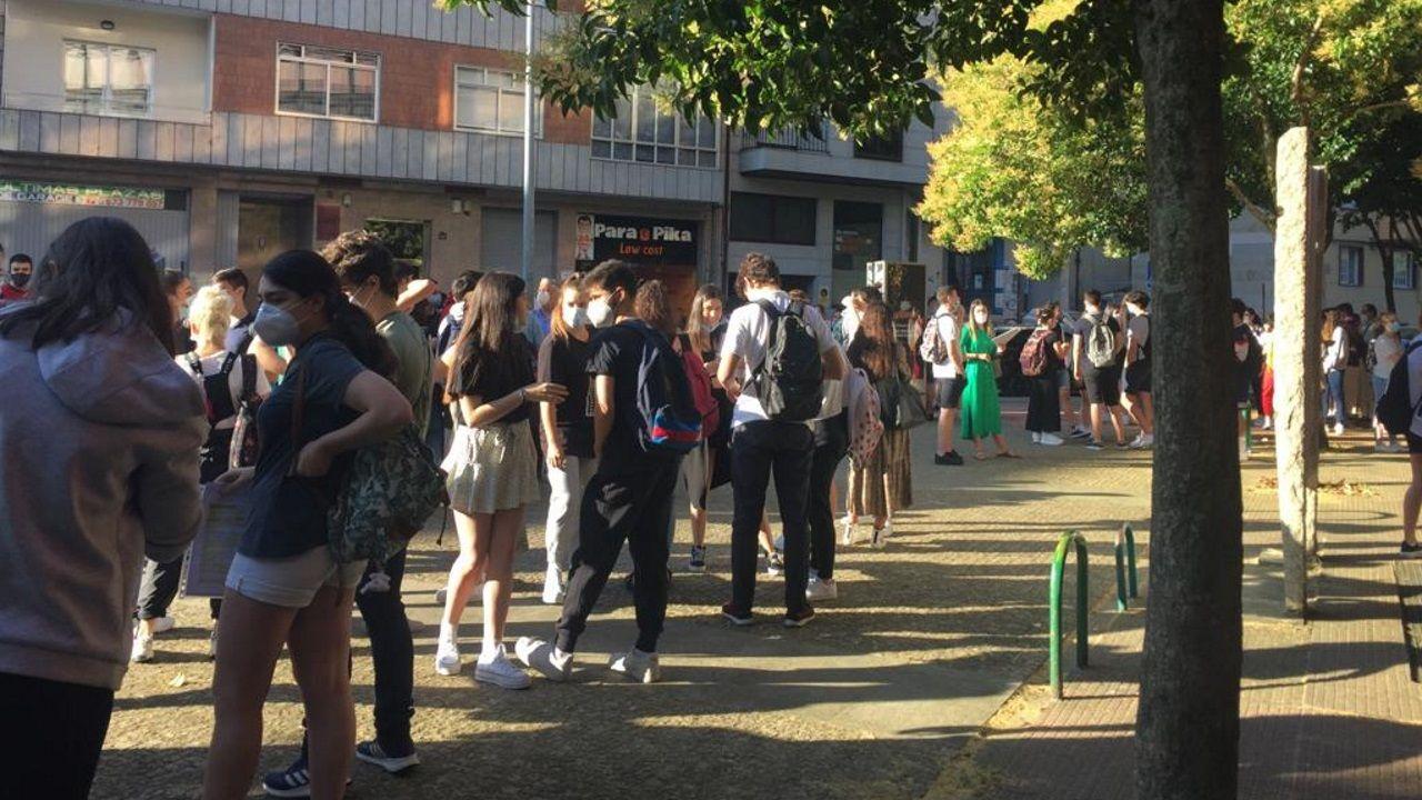 Alumnos esperando a entrar en Ourense