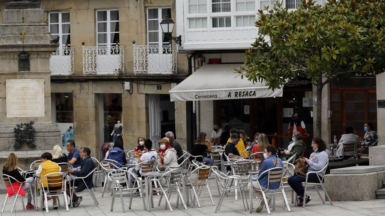 Terraza en la Praza Maior de Viveiro, este miércoles por la tarde, un local hostelero que, al igual que todos los de A Mariña puede abrir desde esta medianoche hasta la hora que marque su licencia