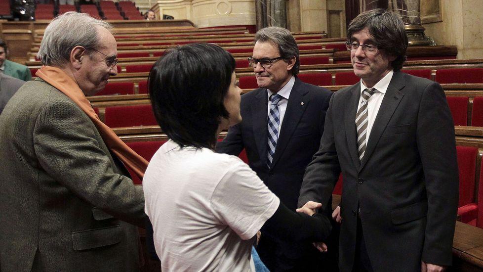 Puigdemont y el expresidente Artur Mas, saludan a los diputados de la CUP, Juliá de Jodar y Anna Gabriel