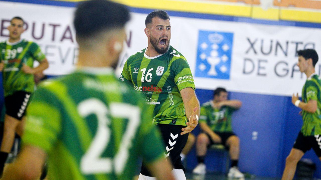 Las imágenes de los primeros partidos de la fase de ascenso del Asmubal de Meaño.Corpas, en primer plano, celebra uno de los goles que metió en el Oviedo-Almería