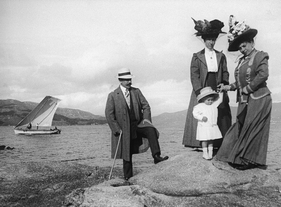 Na praia do Con con Antonio Sanjurjo, Paz e Tránsito Cid, no ano 1908.