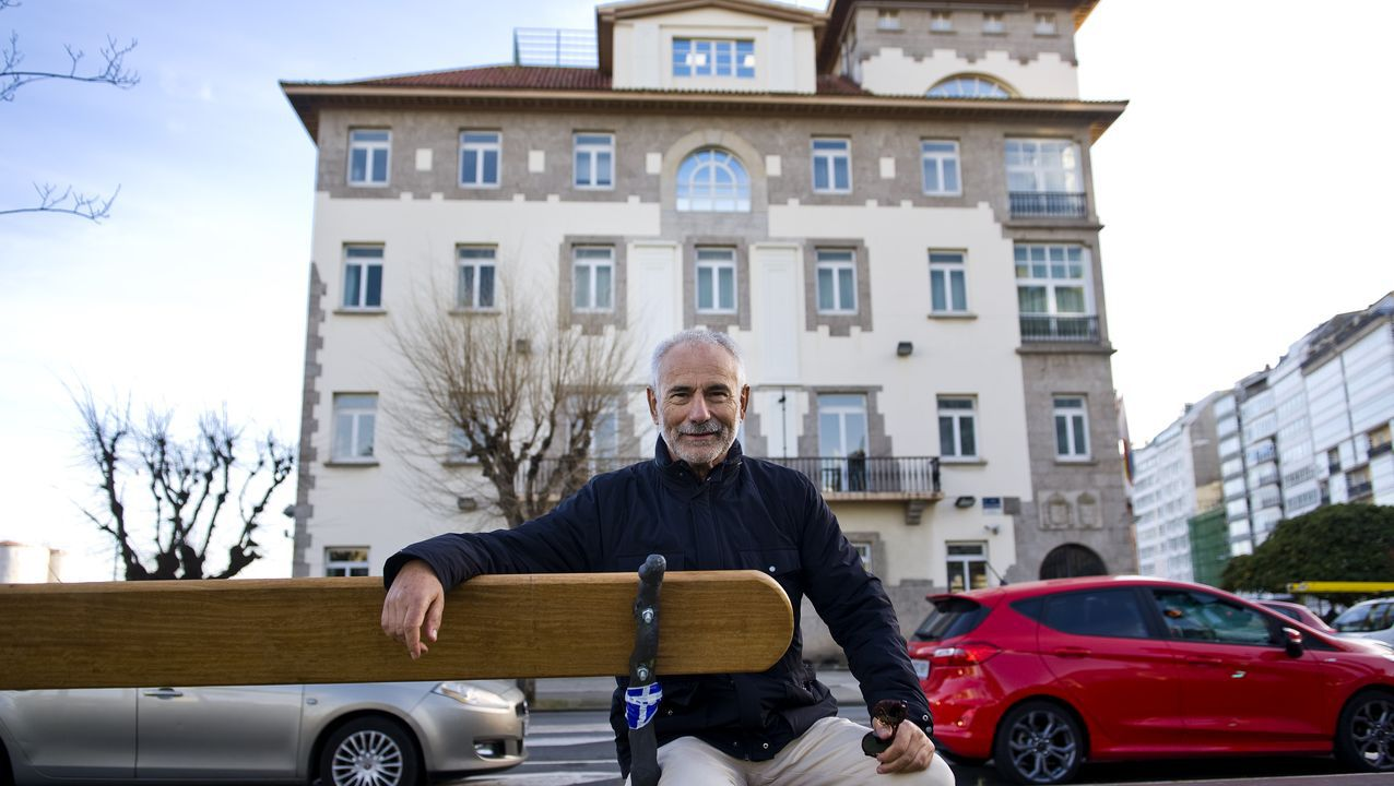Manuel Ameijeiras posa ante el edificio de la Delegación del Gobierno en Galicia, en A Coruña