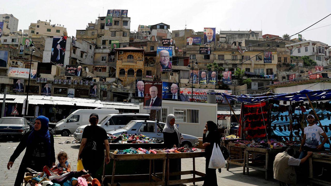 Los carteles de los candidatos a las legislativas cuelgan de las fachadas de un barrio de Trípoli