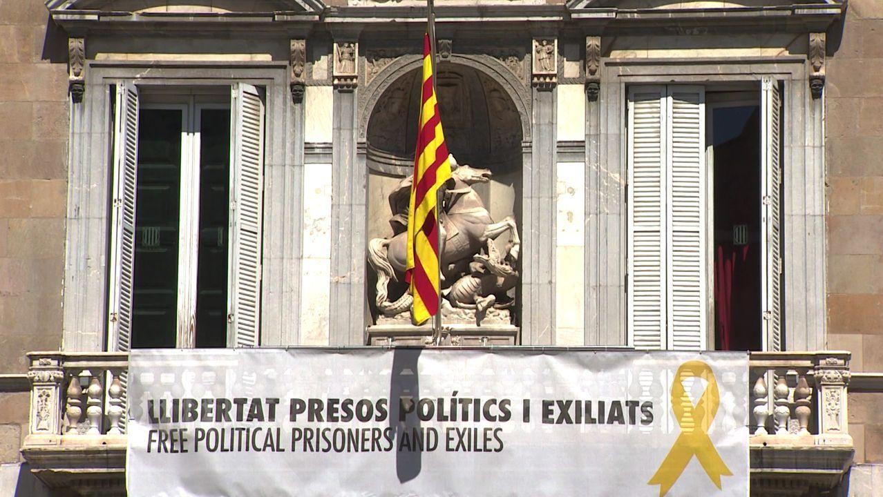 La pancarta y el lazo amarillo de apoyo a los políticos presos fue retirada ayer de la fachada de la Generalitat. Quim Torra la sustituyó por otra en la que se puede leer «Libertad de opinión y de expresión»