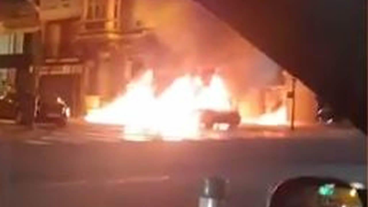 Un coche arde en la plaza de Pontevedra cuando un padre con su hijo se disponía a arrancar