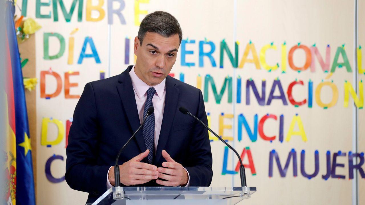 La Generalitat tapa la pancarta con otra con el mismo mensaje pero con un lazo blanco.Pablo Bustinduy, diputado de Podemos